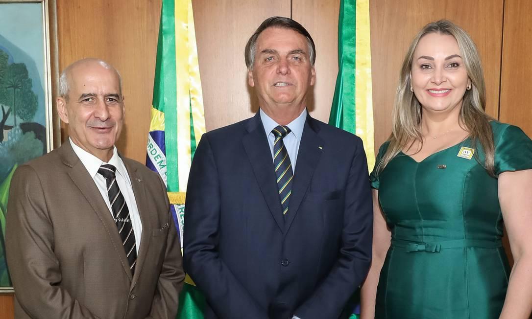 O presidente Jair Bolsonaro com Daniela Reinehr, vice-governadora de Santa Catarina, e com o ministro Luiz Eduardo Ramos, chefe da Secretaria de Governo. Foto: Marcos Corrêa / PR