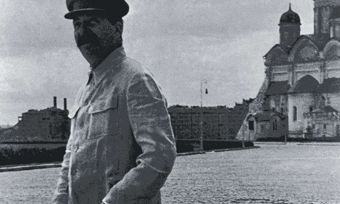Parte dos intelectuais do Ocidente ignorou os expurgos, a repressão, o terror da polícia política de Stálin. Na imagem ao lado, o ditador marcha na Praça Vermelha, em Moscou, em 1940. Foto: Laski Diffusion / Getty Images