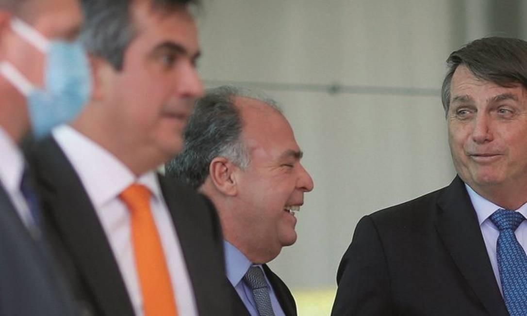 Os senadores Fernando Bezerra (ao lado do presidente) e Ciro Nogueira (de gravata laranja) viraram conselheiros íntimos de Bolsonaro após afastamentos de radicais. Foto: Adriano Machado / Reuters