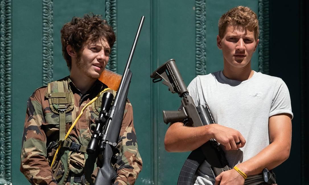 Jovens armados nos degraus de um tribunal em Louisville, Kentucky. No dia 5 de setembro, milicianos foram às ruas da cidade americana em reação aos atos contra o racismo. Foto: Jeff Dean / AFP