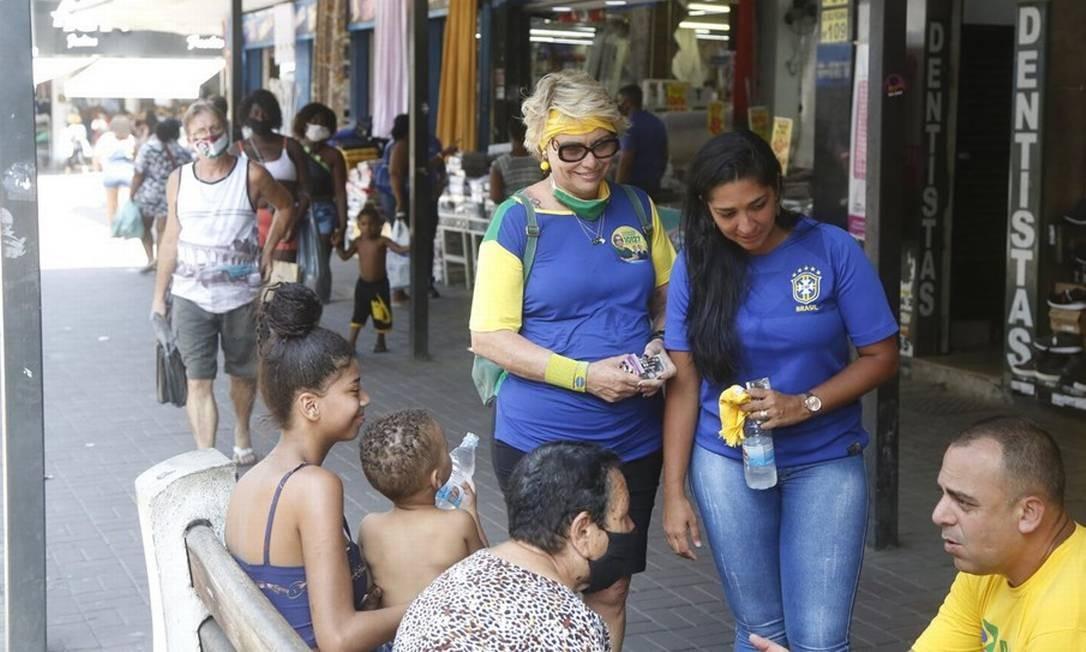 Candidata a vereadora no Rio de Janeiro, Rogéria Bolsonaro (no centro) faz campanha em cidades vizinhas, como Duque de Caxias, para apoiar candidaturas locais. Foto: Agência O Globo