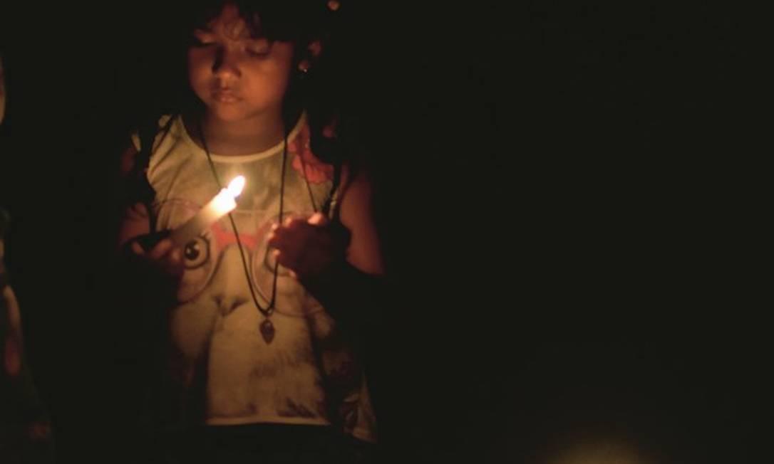 Família ilumina residência com velas no bairro do Buritizal, um dos mais populosos de Macapá. Foto: Amanda Carvalho