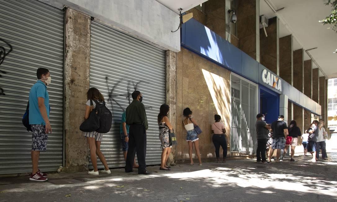 Cariocas usam máscaras em fila para atendimento em agência bancária. Foto: Márcia Foletto / Agência O Globo