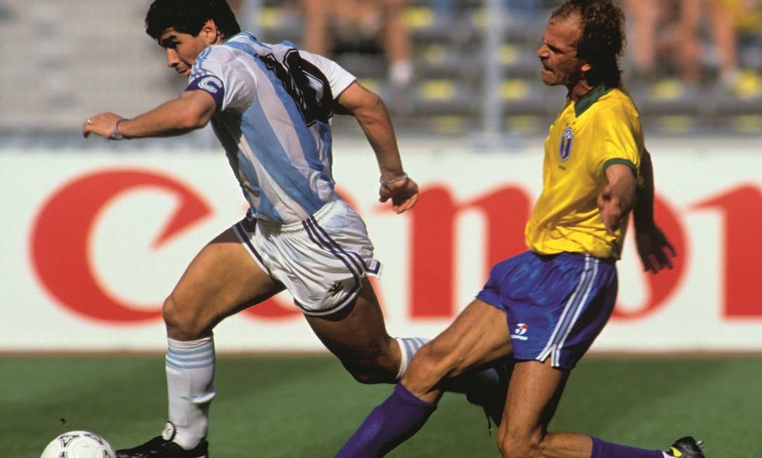 Amigos no Napoli e rivais em Mundiais. Alemão é um dos jogadores brasileiros driblados por Maradona no lance que originou o gol da Argentina contra o Brasil nas oitavas de final da Copa de 1990, marcado pelo atacante Caniggia. Foto: Peter Robinson / PA Images / Getty Images