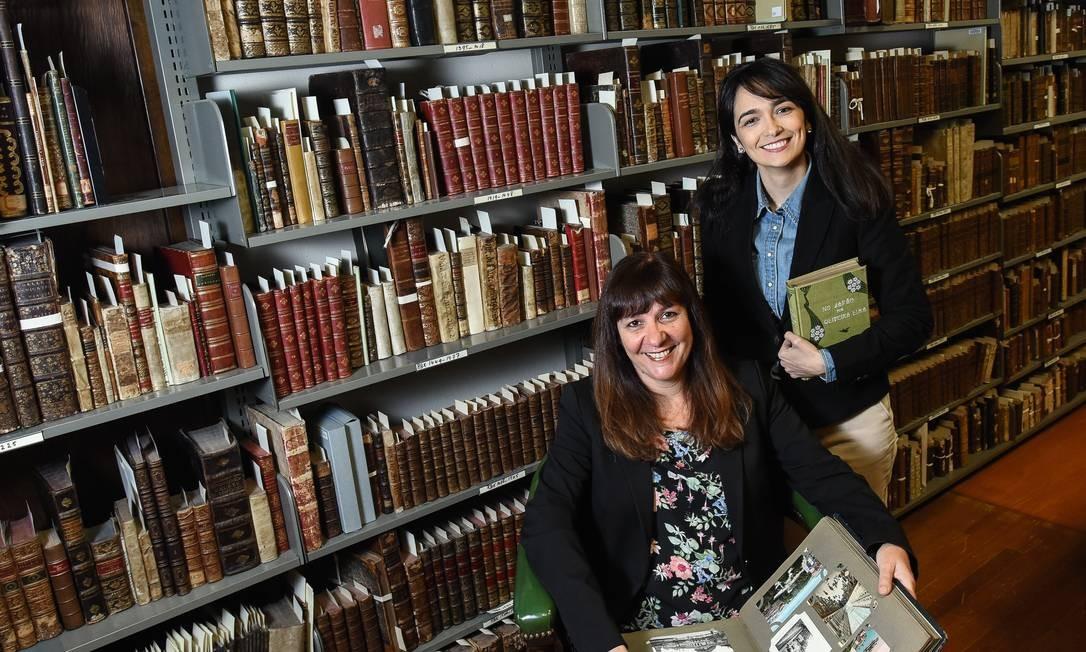 A biblioteca fica na Universidade Católica da América, onde está sob os cuidados da vice-reitora Duília de Mello (sentada) e da diretora Nathalia Henrich. Foto: Divulgação