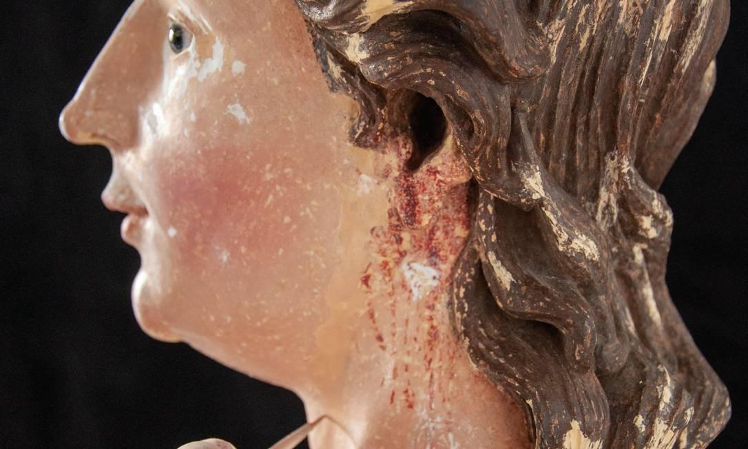 """A imagem de São Manoel, o santo da """"paciência"""", em trabalho de restauração. Foto: Lêda Bárbara Soares"""
