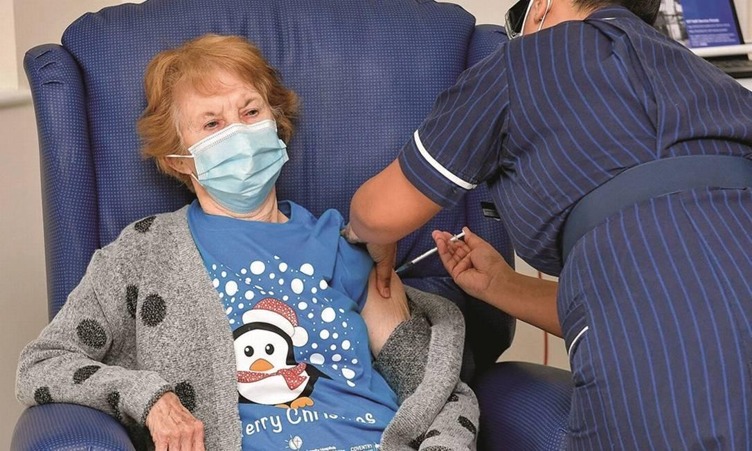 Idosa recebe a primeira dose como parte da maior campanha de vacinação da história britânica. Foto: Jacob King / Pool via Reuters