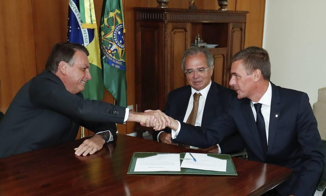 O presidennte do BB, André Brandão, em reunião com o ministro Paulo Guedes e o presidente Jair Bolsonaro Foto: Alan Santos / PR