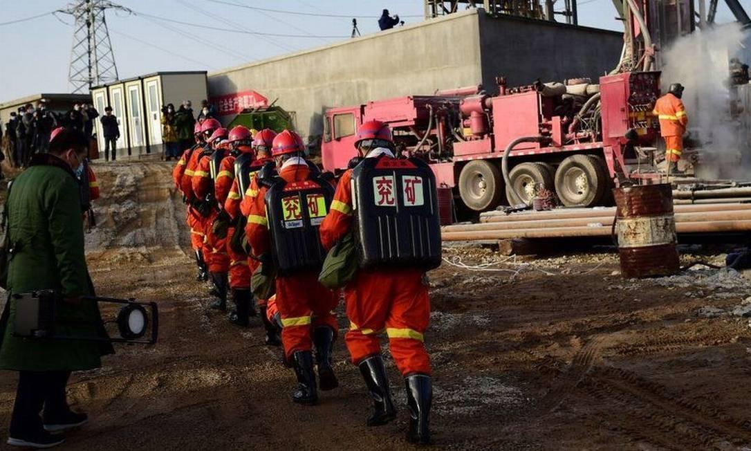 As equipes de resgate abriram um canal de comunicação com os mineiros presos por meio de um túnel estreito Foto: Redação