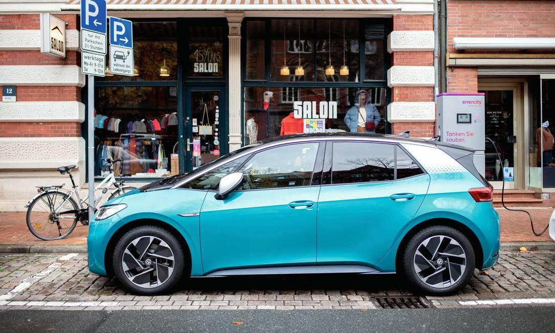 O modelo híbrido Volkswagen ID.3, lançado em setembro na Alemanha, é abastecido numa estação de energia elétrica. Foto: Hauke-Christian Dittrich / picture alliance / Getty Images