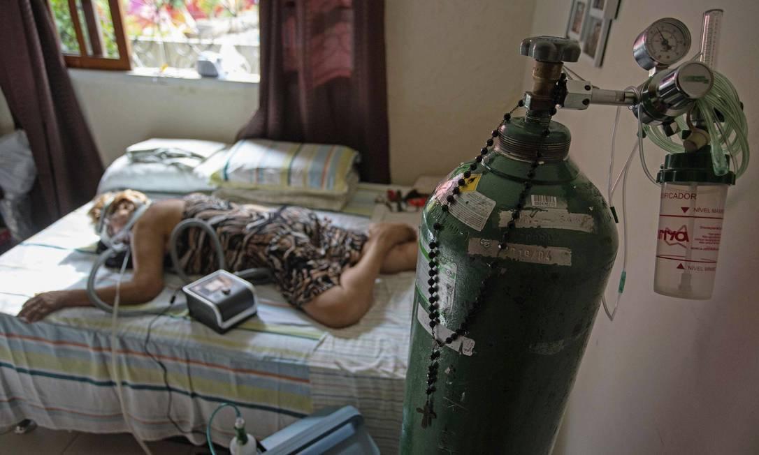Dilza Maria Pereira Rodrigues 71, recebe tratamento com oxigênio em Manaus (AM) Foto: Michael Dantas / AFP