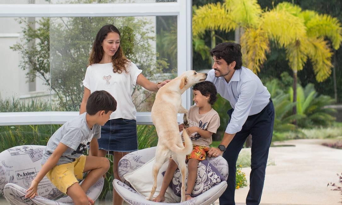 Na casa de Valinhos, Eduardo, Mayra e os dois filhos aproveitam o espaço maior e a vida mais tranquila, menos dependente de celulares e tablets. Foto: Edilson Dantas / Agência O Globo