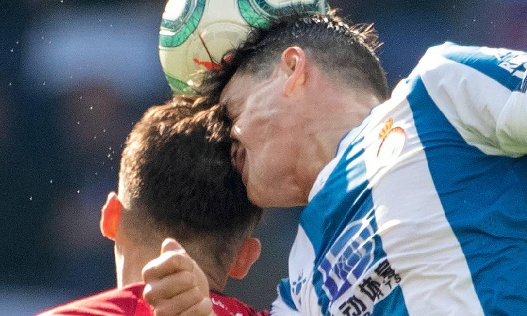 Ante Budimir, do Maiorca, se choca com Bernardo Espinosa, do Espanyol, em jogo de fevereiro de 2020, em Barcelona. No momento do impacto, o cérebro, apesar de ser protegido por um líquido intracraniano, pode sofrer microlesões. Foto: Tim Clayton / Corbis / Getty Images