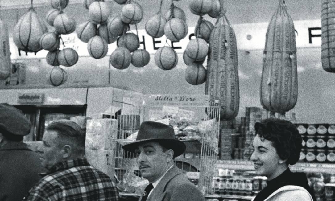 Um casal de imigrantes italianos no Brooklyn, em Nova York, nos anos 1950. O olhar da italiana Claudia Durastanti de como é ser uma estrangeira nos Estados Unidos é retratado no livro. Foto: Mario De Biasi / Mondadori / Getty Images