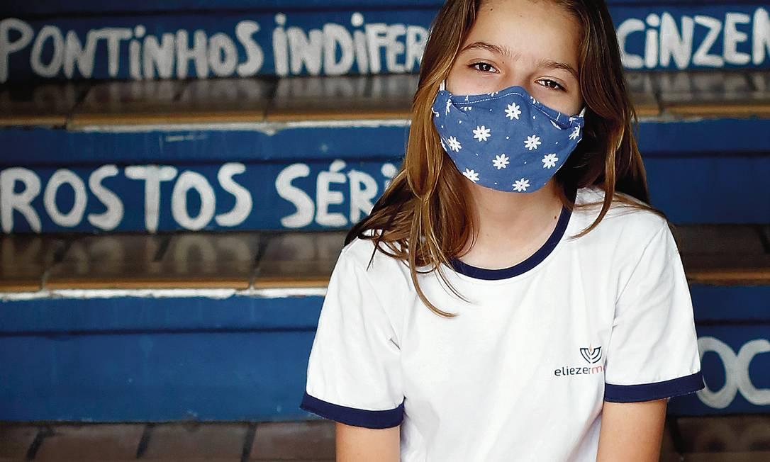 """Maria Papelbaum Micmacher, de 14 anos, de volta a sua escola privada, depois de um ano de aulas pela internet. """"No início, achei que o on-line seria uma bagunça, mas deu certo"""", disse ela. Foto: Fabio Rossi / Agência O Globo"""