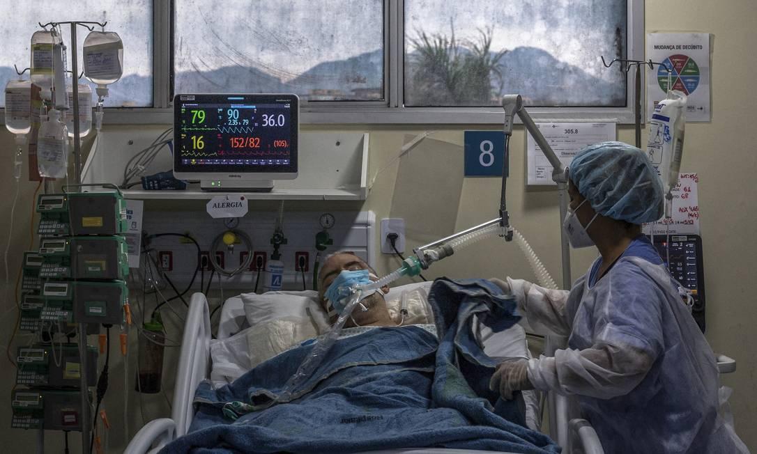 A escassez de UTIs agravou as consequências da segunda onda de Covid-19, que já mata mais de 2 mil pessoas por dia no país. Foto: Andre Coelho / AFP