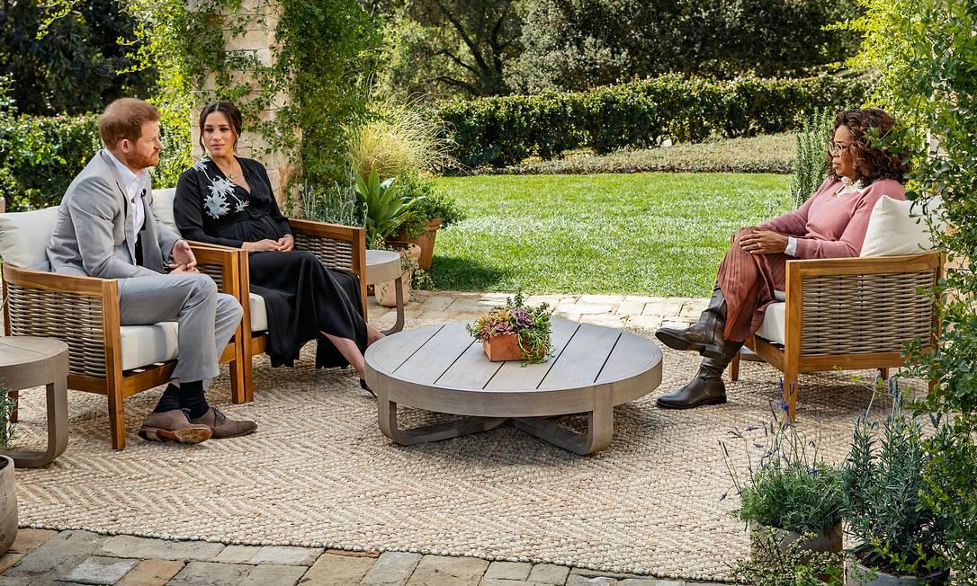 A apresentadora americana Oprah Winfrey escuta as acusações de Meghan Markle e do príncipe Harry. Foto: Harpo Productions / Joe Pugliese via Getty Images