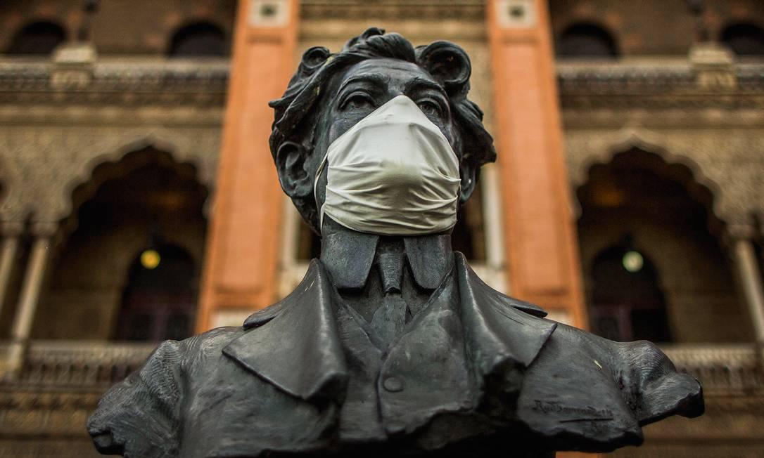 Busto do epidemiologista Oswaldo Cruz (1872-1917) usa máscara em frente ao Castelinho da Fiocruz, sede da Fundação Oswaldo Cruz, em Manguinhos, no Rio de Janeiro. Foto: Guito Moreto / Agência O Globo