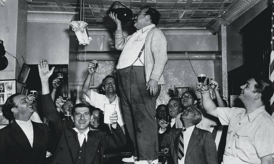 Ítalo-americanos celebram com vinho a queda de Mussolini e do fascismo em 1943 em um bar em Nova York. Foto: New York Daily News Archive / Getty Images