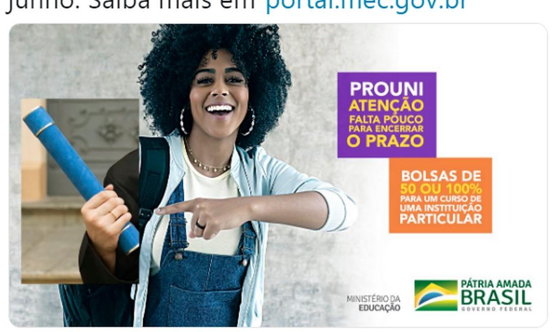 Propaganda do MEC: estudante negra com mão branca ao se formar Foto: Reprodução