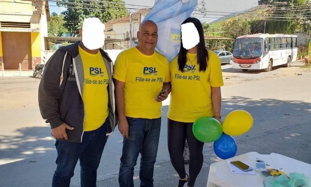 Ao centro, Alex Rodrigues, irmão da presidente do PSL no Rio de Janeiro Foto: Reprodução