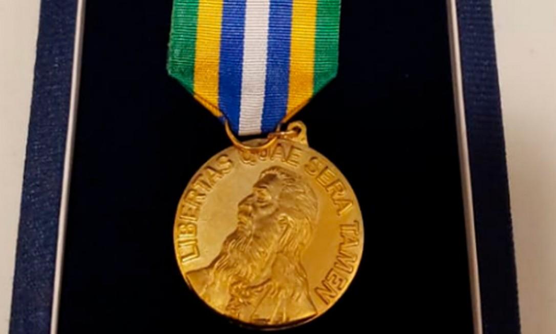 Medalha da Ordem ao Mérito Tiradentes, dada pelo governo de Goiás à Taurus Foto: Reprodução