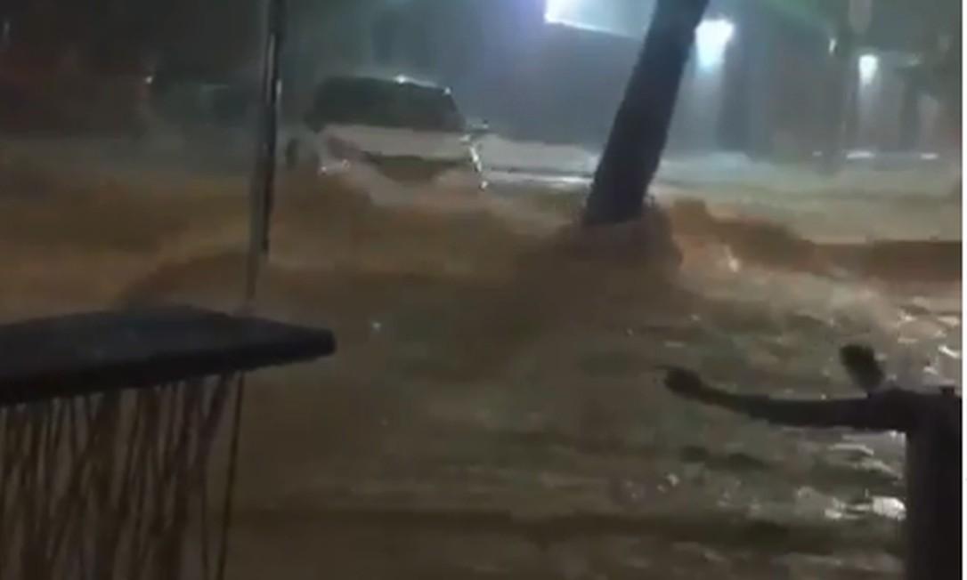 Enchente carrega carros na região Centro Sul de Belo Horizonte Foto: Reprodução