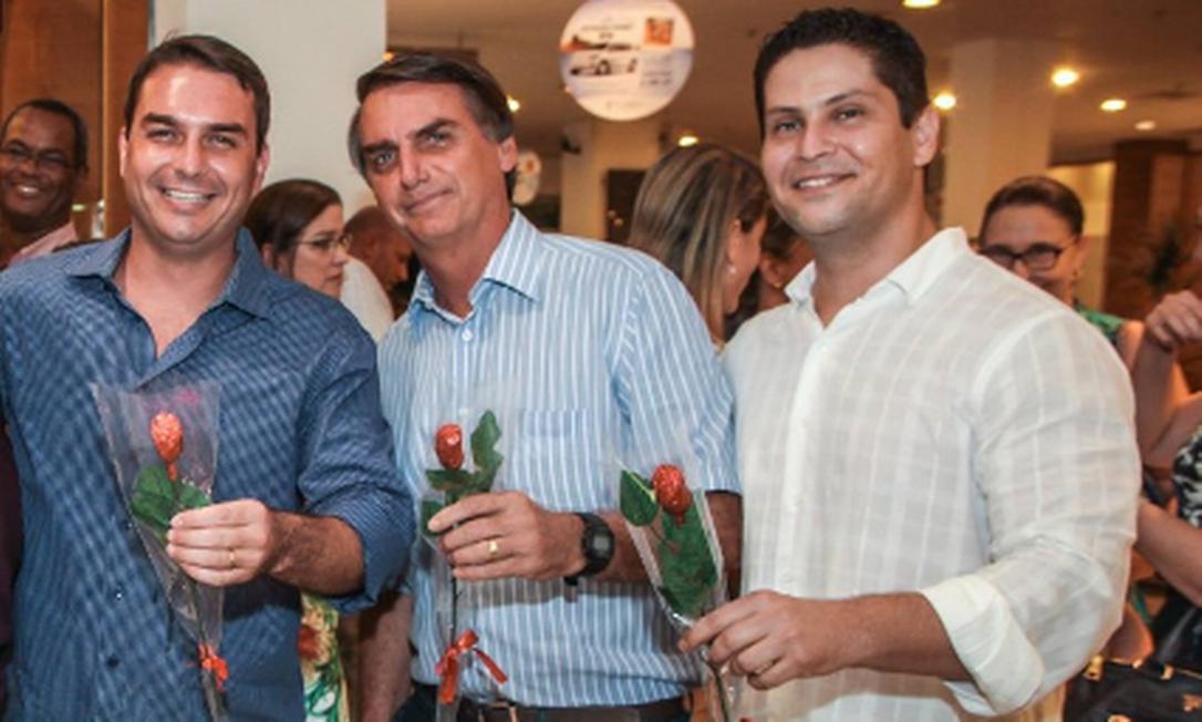 Flávio Bolsonaro, Jair Bolsonaro e Alexandre Santini Foto: Reprodução