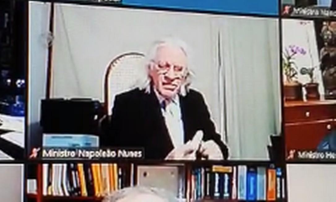 Napoleão Nunes, ministro do STJ, lixa as unhas em julgamento virtual Foto: Reprodução