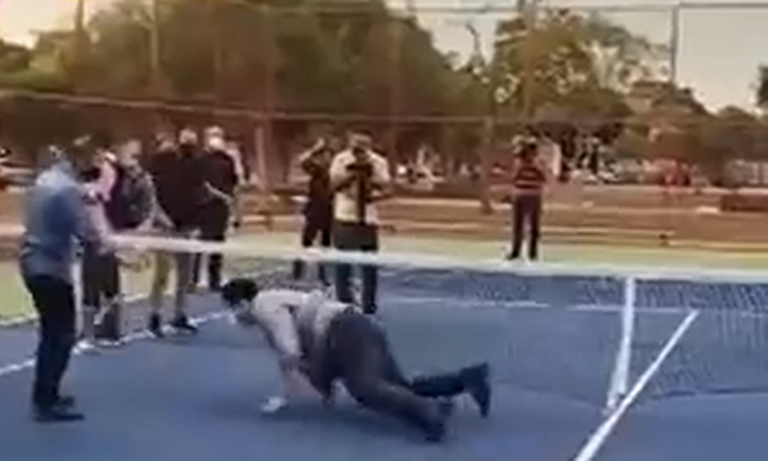 Davi Alcolumbre cai durante uma inauguração de quadra de tênis Foto: Reprodução