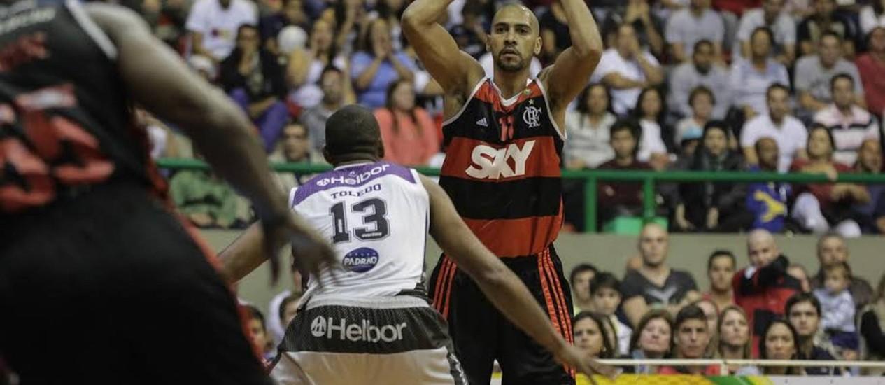 Toledo tenta impedir a progressão de Marquinhos, do Flamengo Foto: Divulgação/LNB