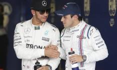Lewis Hamilton e Felipe Massa se cumprimentam na Austrália Foto: Rob Griffith / AP