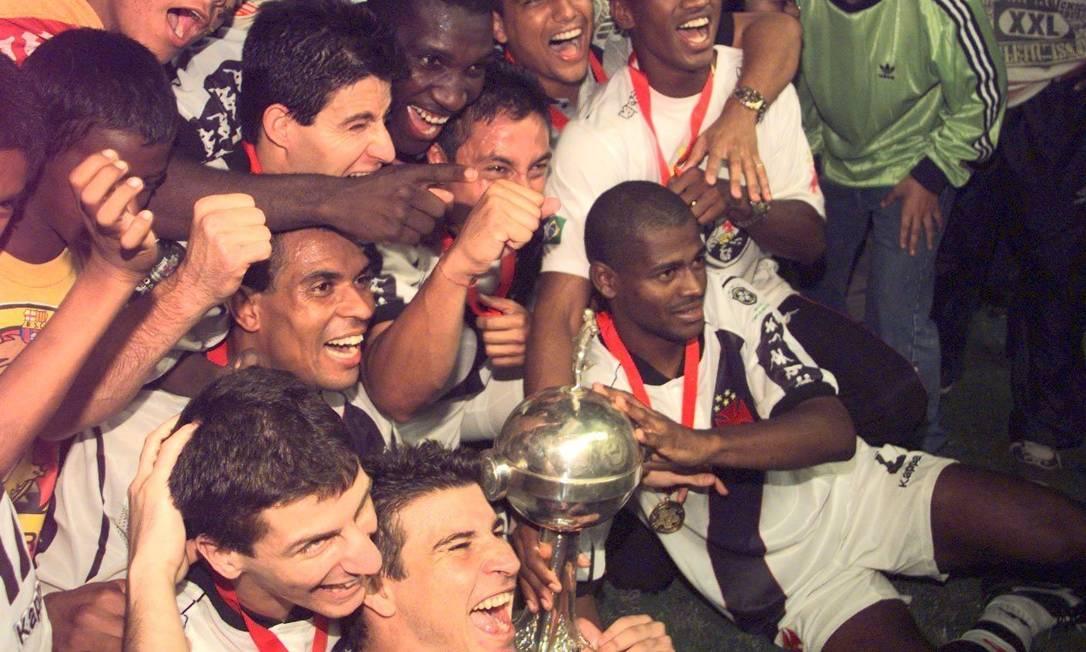 Equipe do Vasco comemora a conquista da Taça Libertadores da América após derrotar Barcelona de Guaiaquil por 2 a 1 no Equador Júlio César Guimarães/26-08-1998