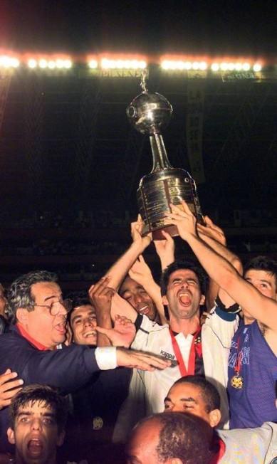 O capitão Mauro Galvão ergue a taça após Eurico Miranda puxar o tradicional grito de Casaca, acima de Juninho Pernambucano Júlio César Guimarães/26-08-1998