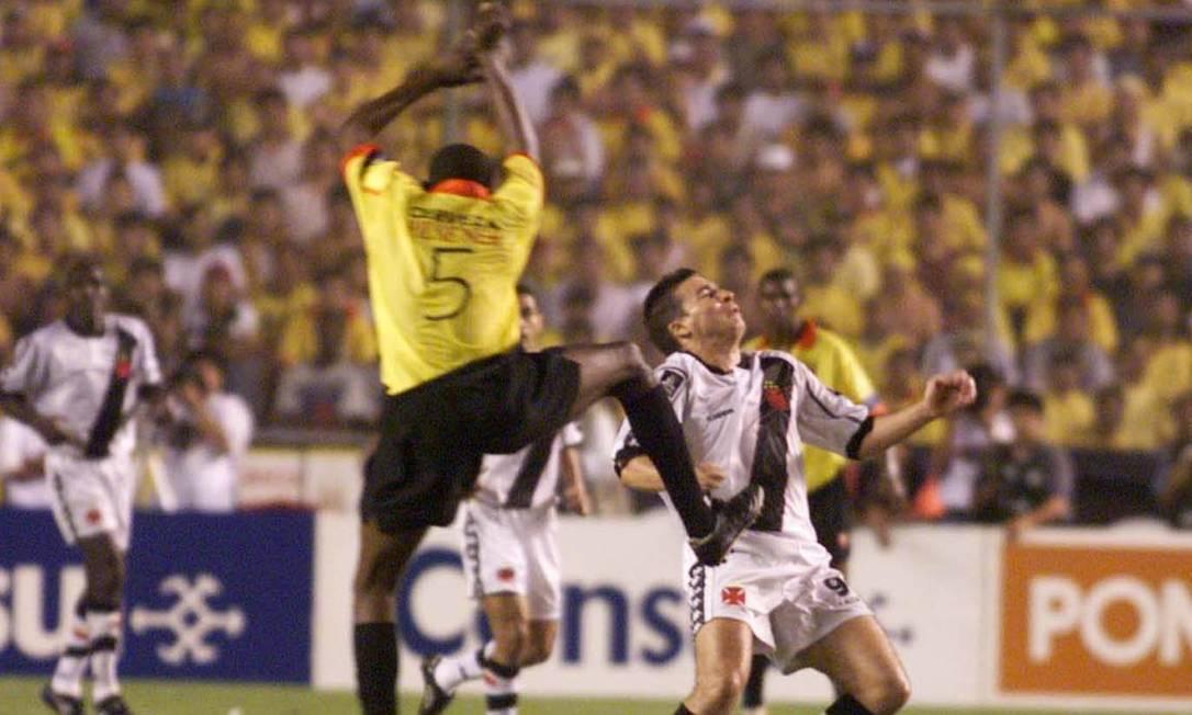 Luizão se antecipa para matar a bola no peito e abrir o placar aos 24 minutos de jogo Hipólito Pereira/26-08-1998