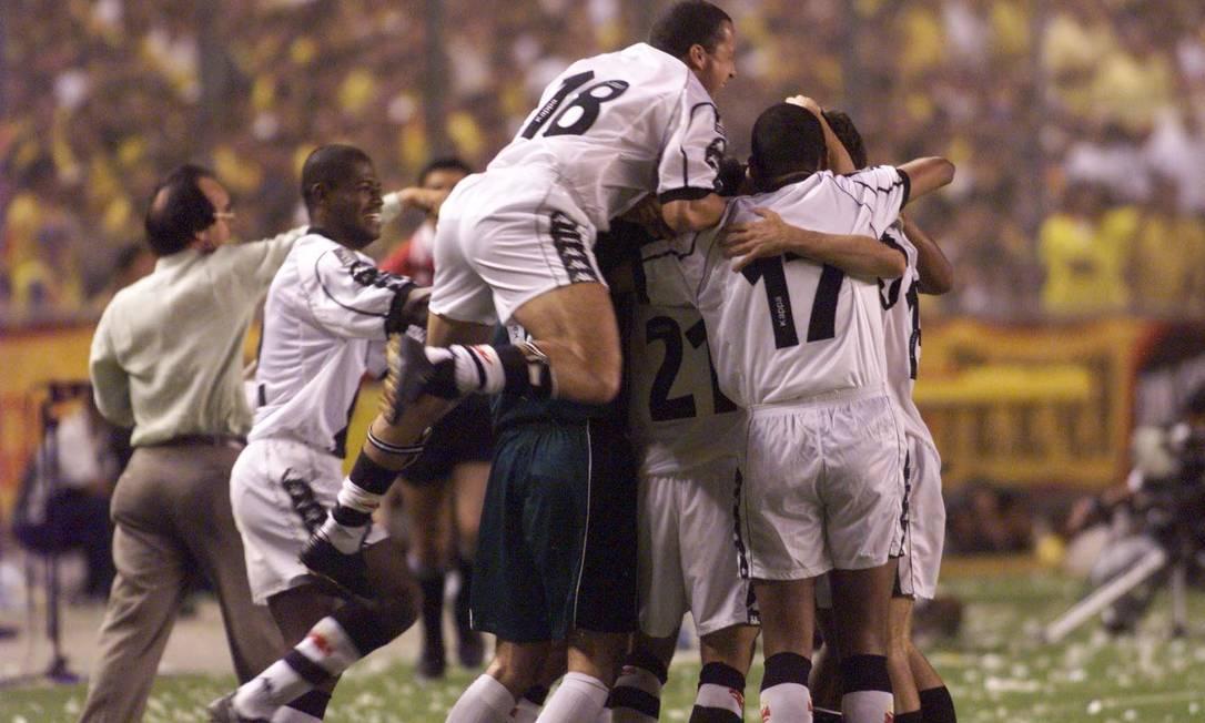 Jogadores do Vasco comemoram o primeiro gol contra o Barcelona, com o técnico Antonio Lopes ao fundo Hipólito Pereira/26-08-1998
