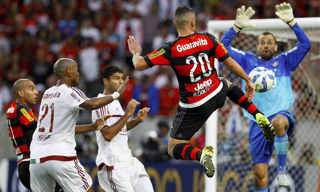 Canteros voa diante da zaga tricolor Marcelo Carnaval / Agência O Globo