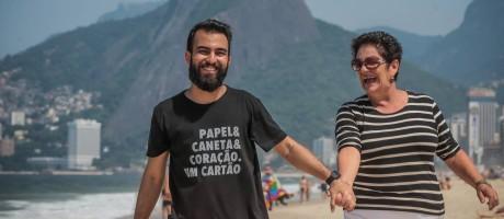 Pedro e Tereza na avenida Vieira Souto, em Ipanema, local que faz parte do percursso da tocha Foto: Marco Sobral