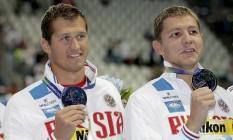Os nadadores russos Nikita Lobintsev (à esquerda) e Vladimir Morozov conquistaram a medalha de prata no revezamento 4x100m livre no mundial de natação em 2015. O banimento dos dois da Olimpíada do Rio pode beneficiar o Brasil Foto: Michael Sohn / AP