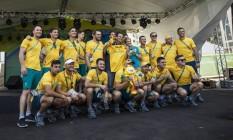Prefeito Eduardo Paes recebeu um canguru de pelúcia da delegação da Aaustraliana Foto: Daniel Marenco / Agência O Globo
