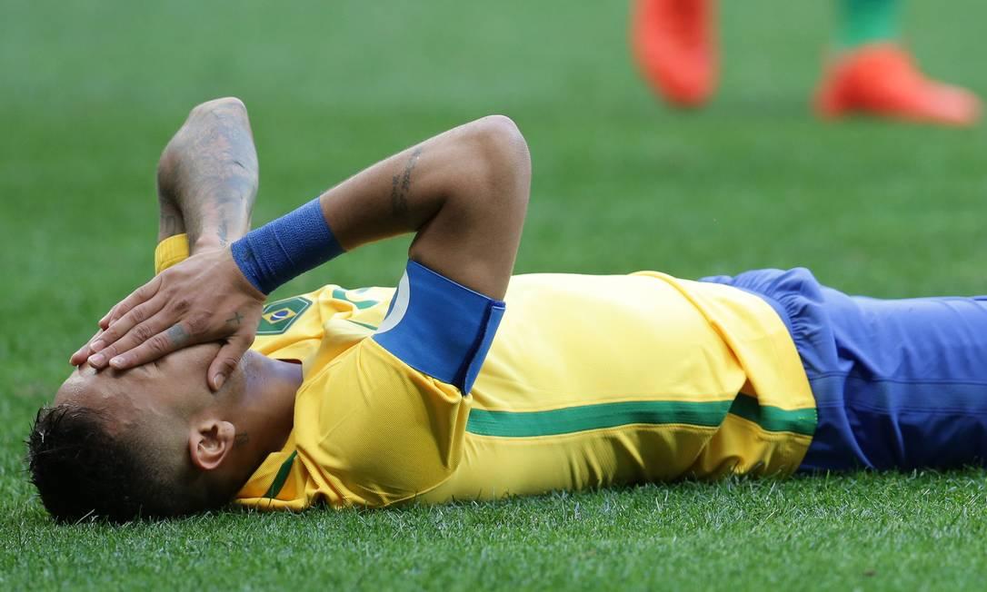 No chão, Neymar reage a uma oportunidade perdida durante a partida contra a África do Sul Eraldo Peres / AP