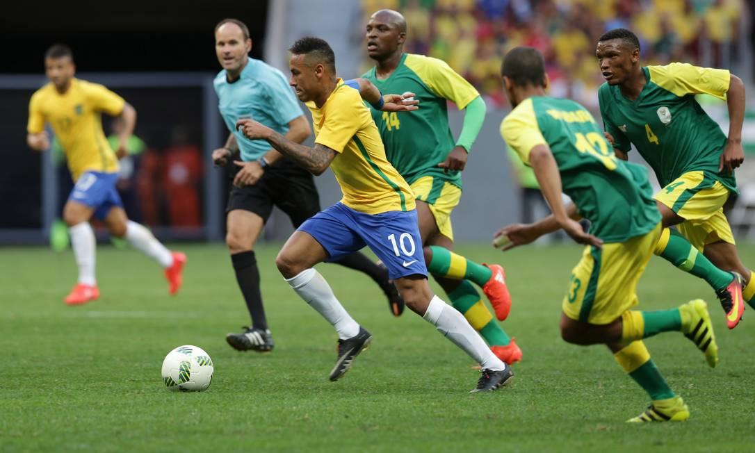 Brasil e África do Sul em campo durante a primeira partida das duas seleções nos Jogos Olímpicos Eraldo Peres / AP