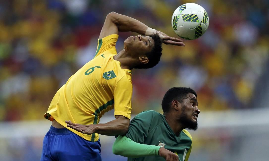 Douglas Santos e Tashreeq Morris durante a partida no Mané Garrincha UESLEI MARCELINO / REUTERS