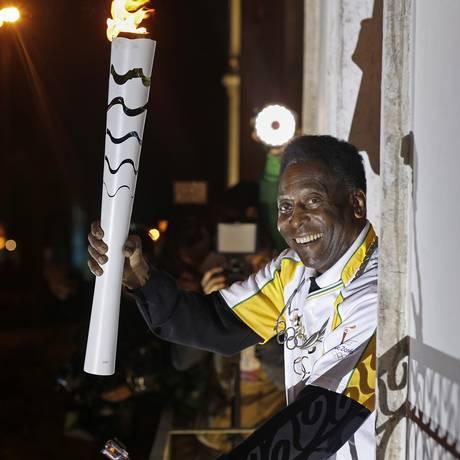 Pelé durante o revezamento da tocha em Santos Foto: RIO 2016 / ANDRE LUIZ MELLO / AFP