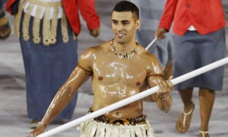 Pita Nikolas Taufatofua desfilou com trajes típicos de Tonga e chamou a atenção do público do Maracanã. Solteiro ele também recebe muitas curtidas em seu perfil no Instagram Foto: STOYAN NENOV/REUTERS