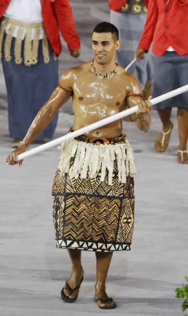 Pita Nikolas Taufatofua desfilou com trajes típicos de Tonga e chamou a atenção do público do Maracanã. Solteiro ele também recebe muitas curtidas em seu perfil no Instagram STOYAN NENOV/REUTERS