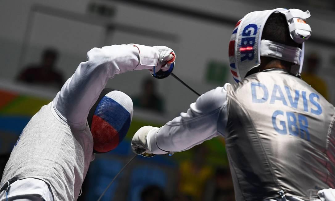 O russo Timur Safin (à esquerda) e o britânico James-Andrew Davis na disputa de esgrima KIRILL KUDRYAVTSEV / AFP