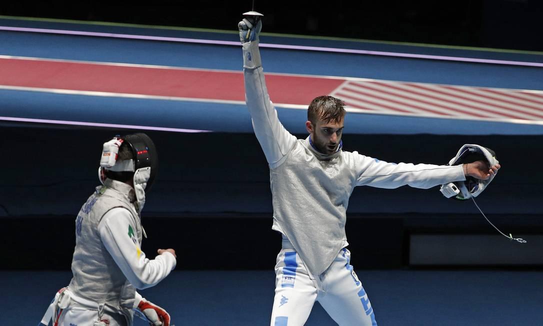 O italiano Daniele Garozzo (à direita) tirou o brasileiro Guilherme Toldo da disputa de florete individual nas quartas de final Vincent Thian / AP