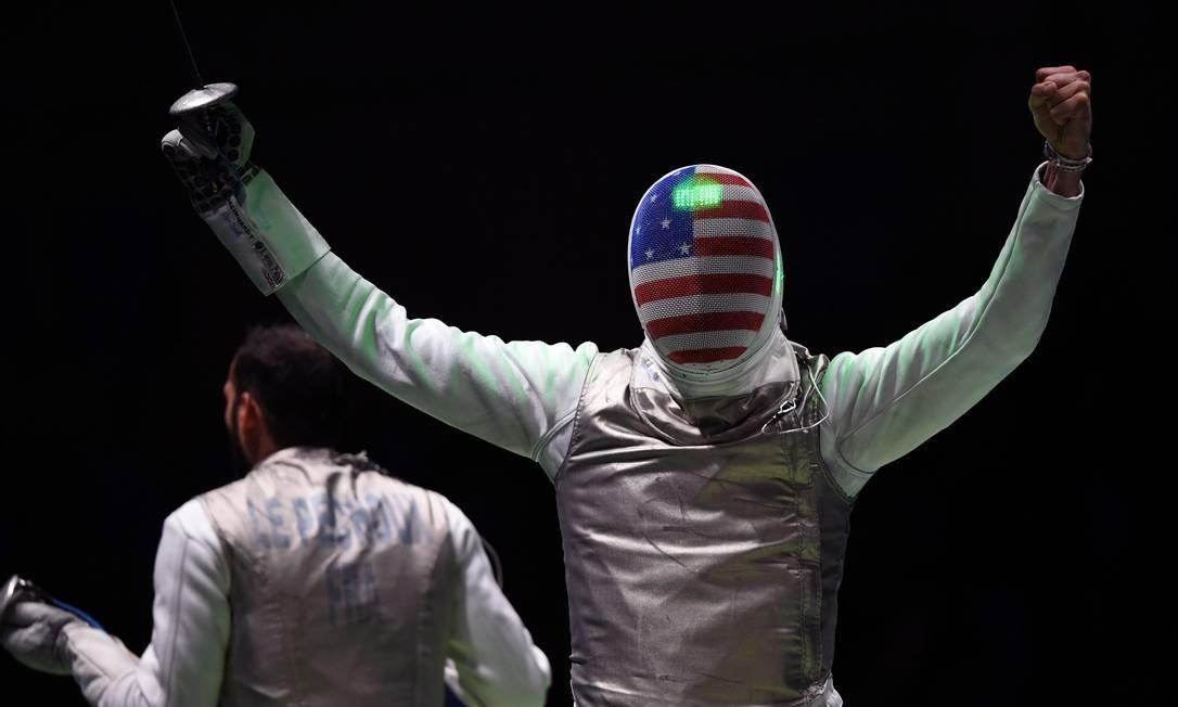 O americano Gerek Meinhardt (à direita) celebra a vitória diante do francês Erwan le Pechoux KIRILL KUDRYAVTSEV / AFP