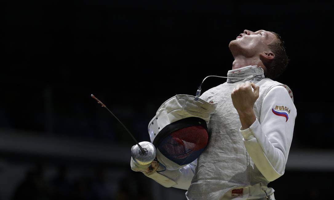 Artur Akhmatkhuzin, da Rússia, comemora a vitória diante do americano Miles Chamley Watson Andrew Medichini / AP